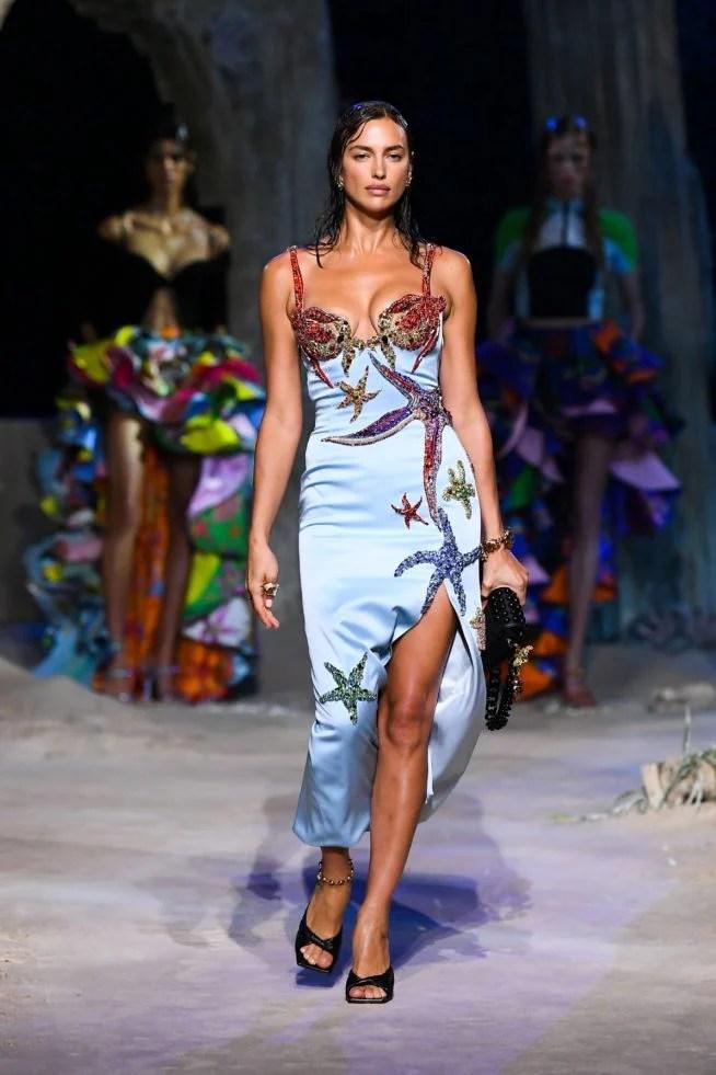 vestido azul com bordados versace