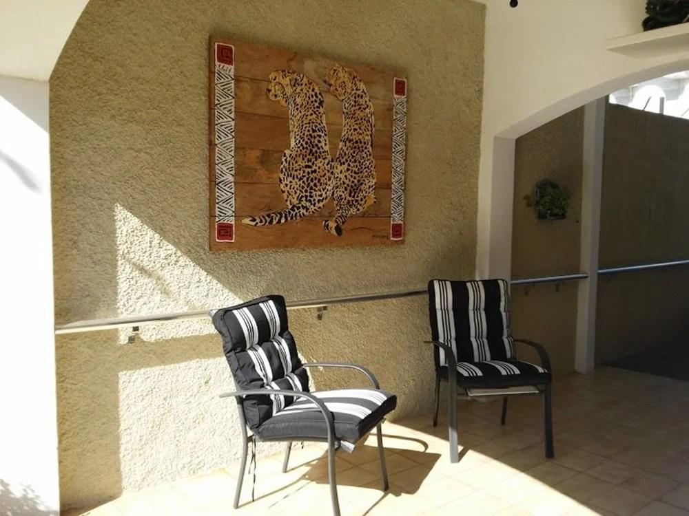 Ambiente com duas cadeiras.