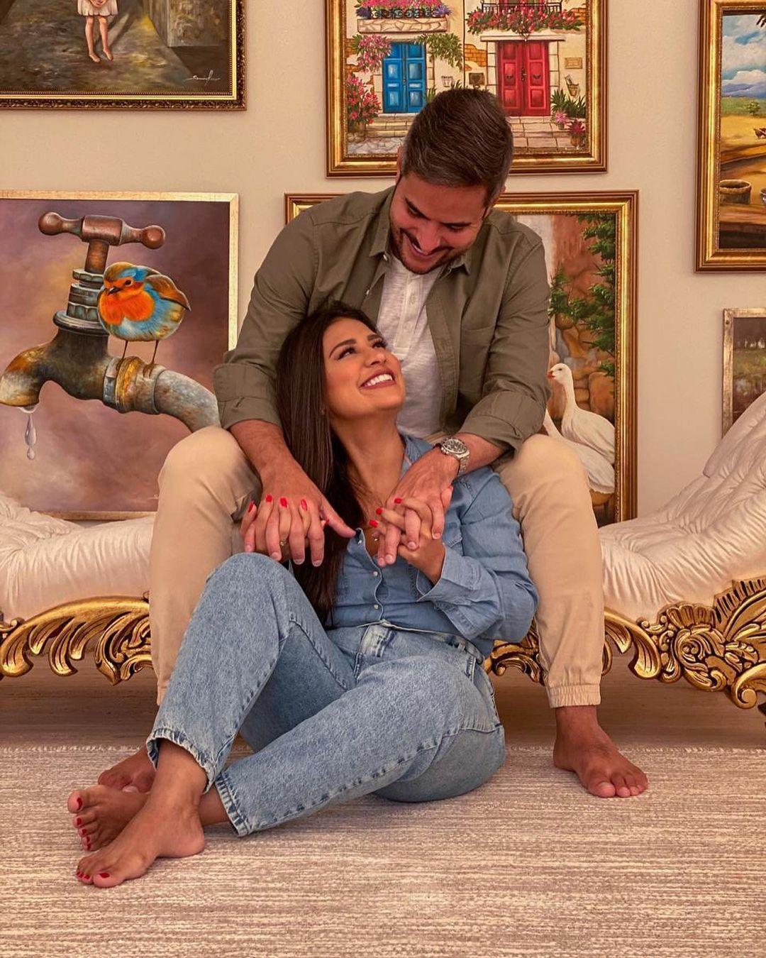 Simone e esposo em foto sorridentes.