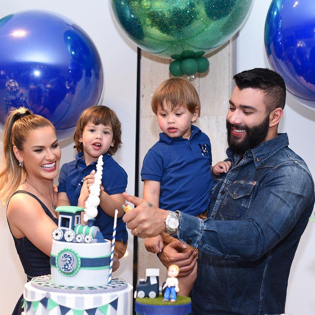 Família feliz em aniversário de filho.