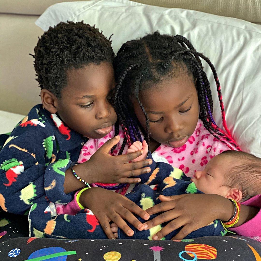 Crianças de Giovanna e Bruno segurando bebê.