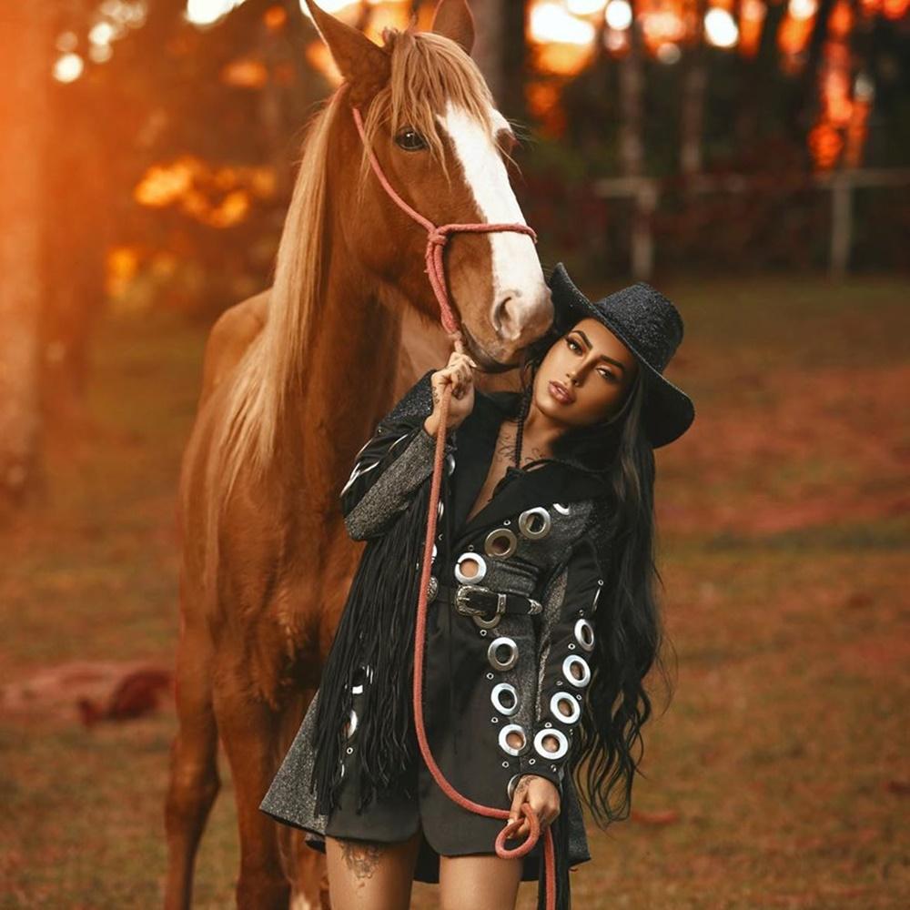 Mirella em foto com cavalo.
