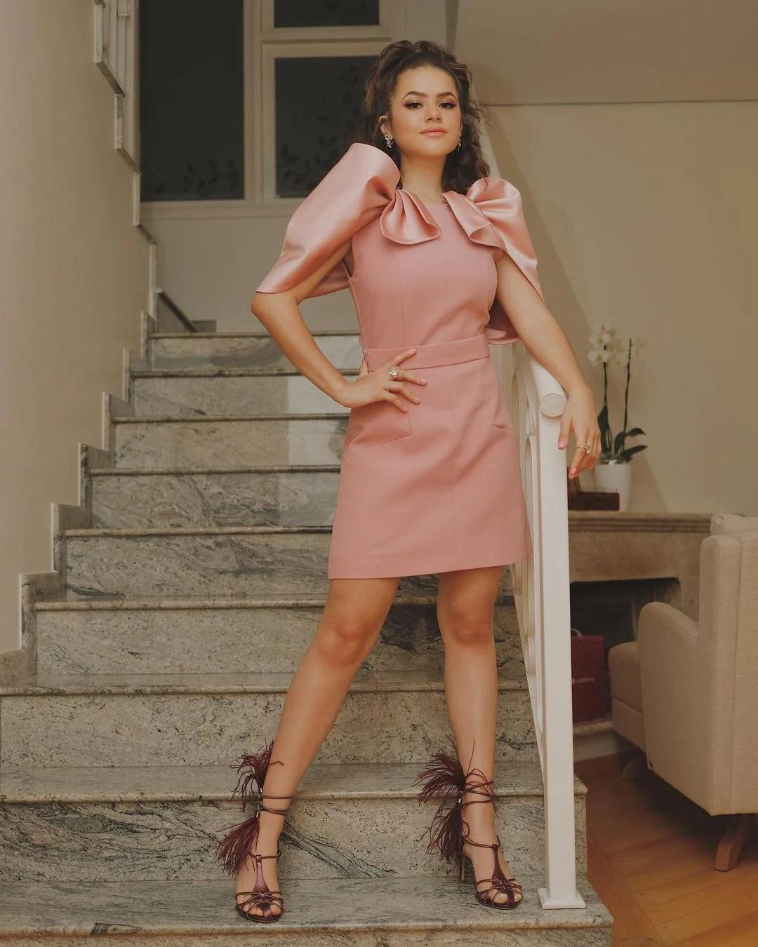 Maisa de vestido rosa.