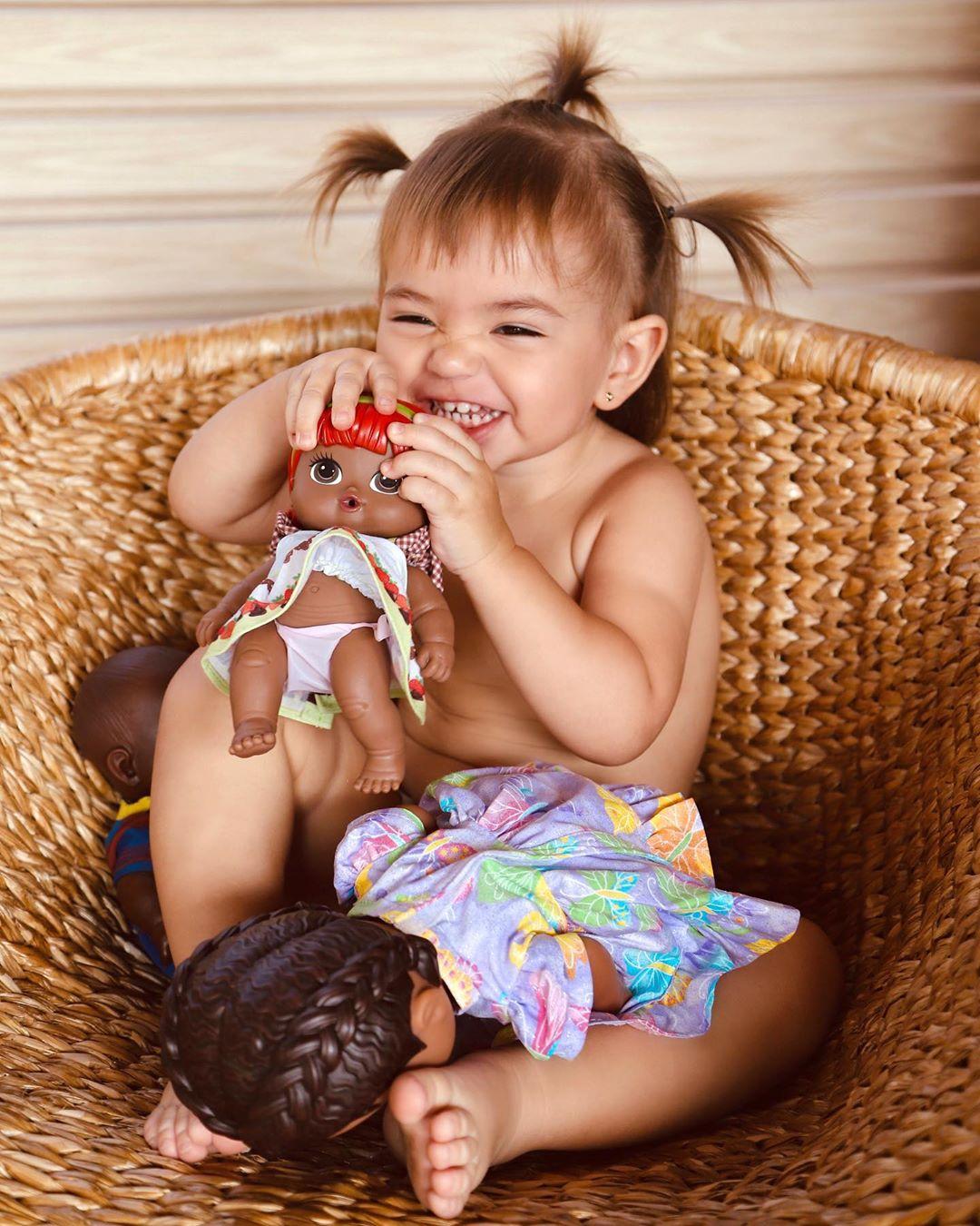 Zoe se diverte com bonecas,