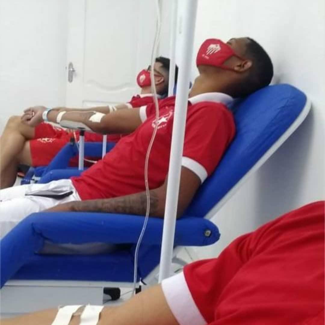 Foto de jogadores da Rio Branco sendo hospitalizados.