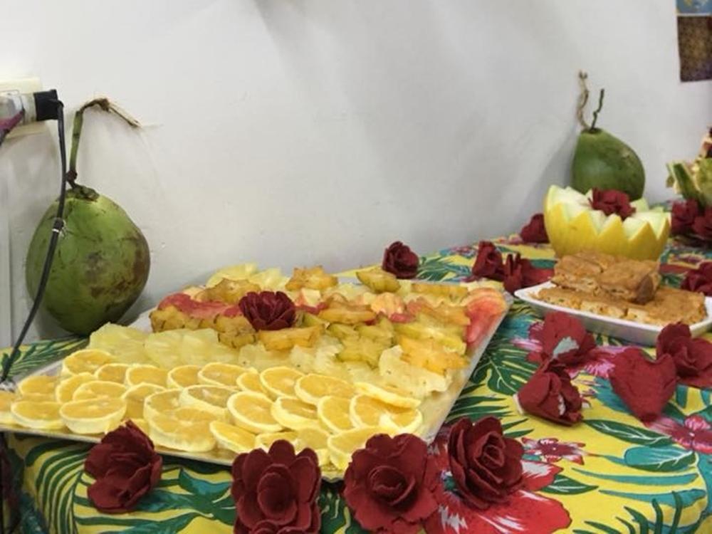 Laranja, abacaxi, coco e bolo.