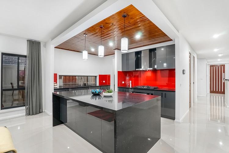 cozinha com armários pretos e azulejos vermelhos