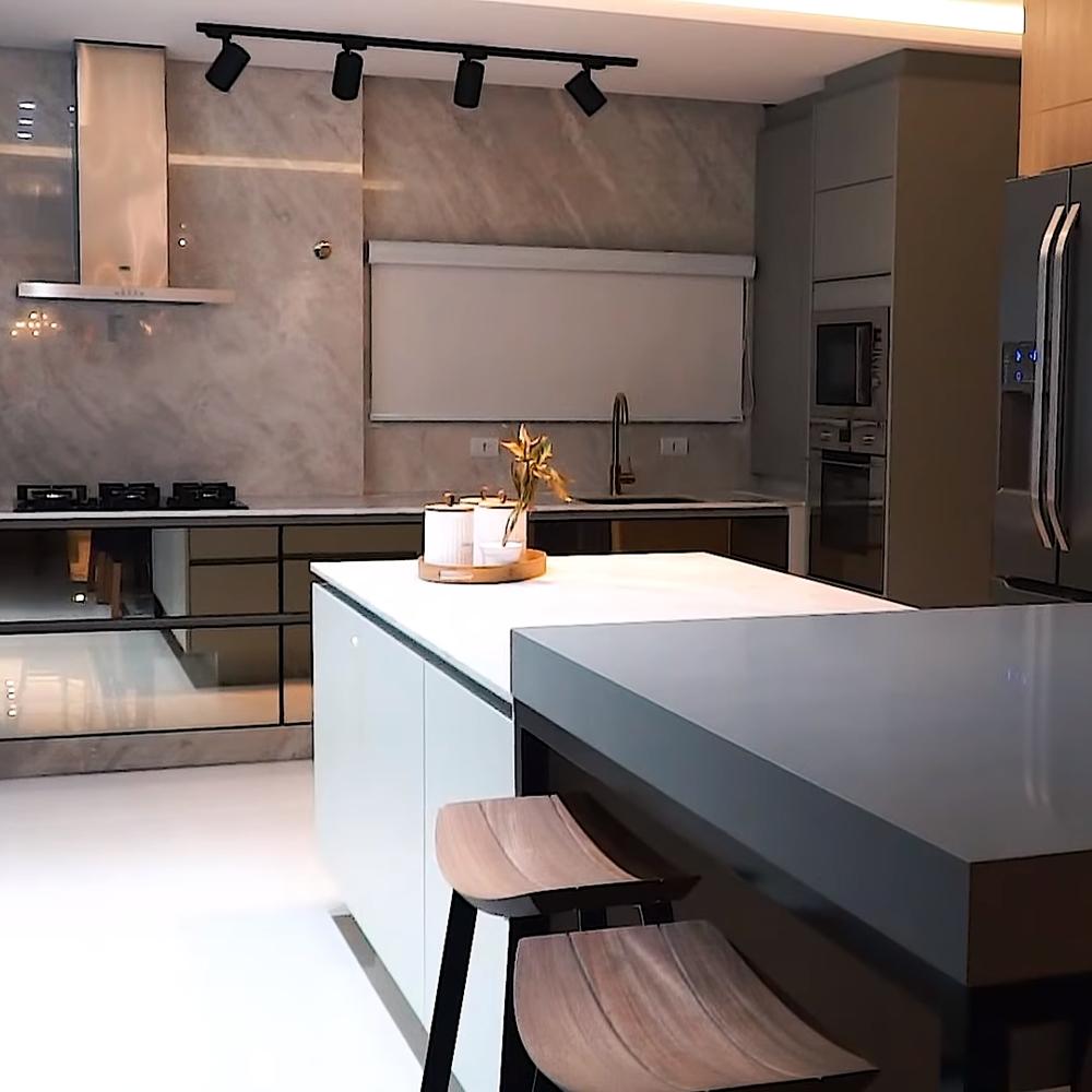 Cozinha com detalhes, como fogão, geladeira, etc.