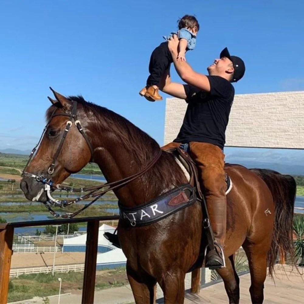 Foto de Wesley e filho caçula em cavalo