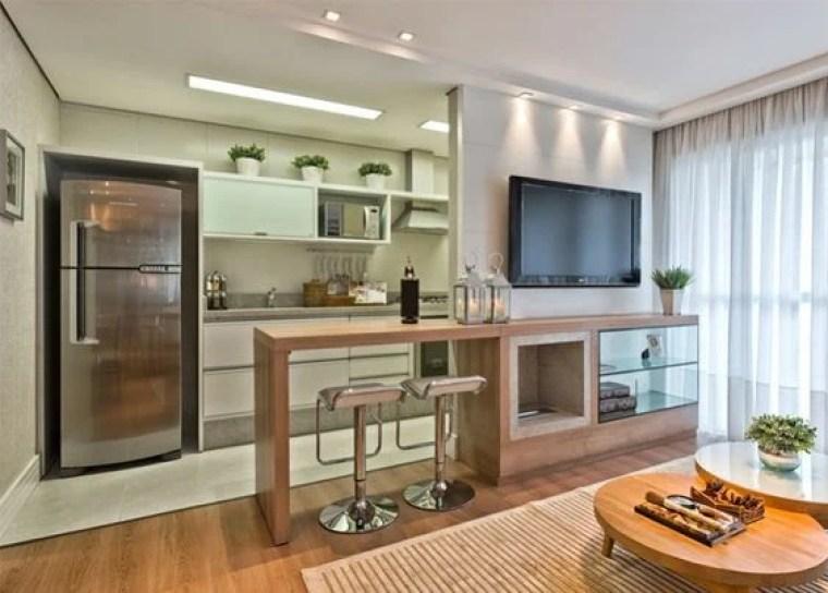 Apartamento pequeno com bancada de madeira.