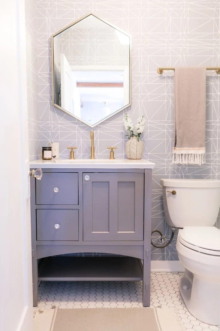Banheiro pequeno decorado em azul bebê