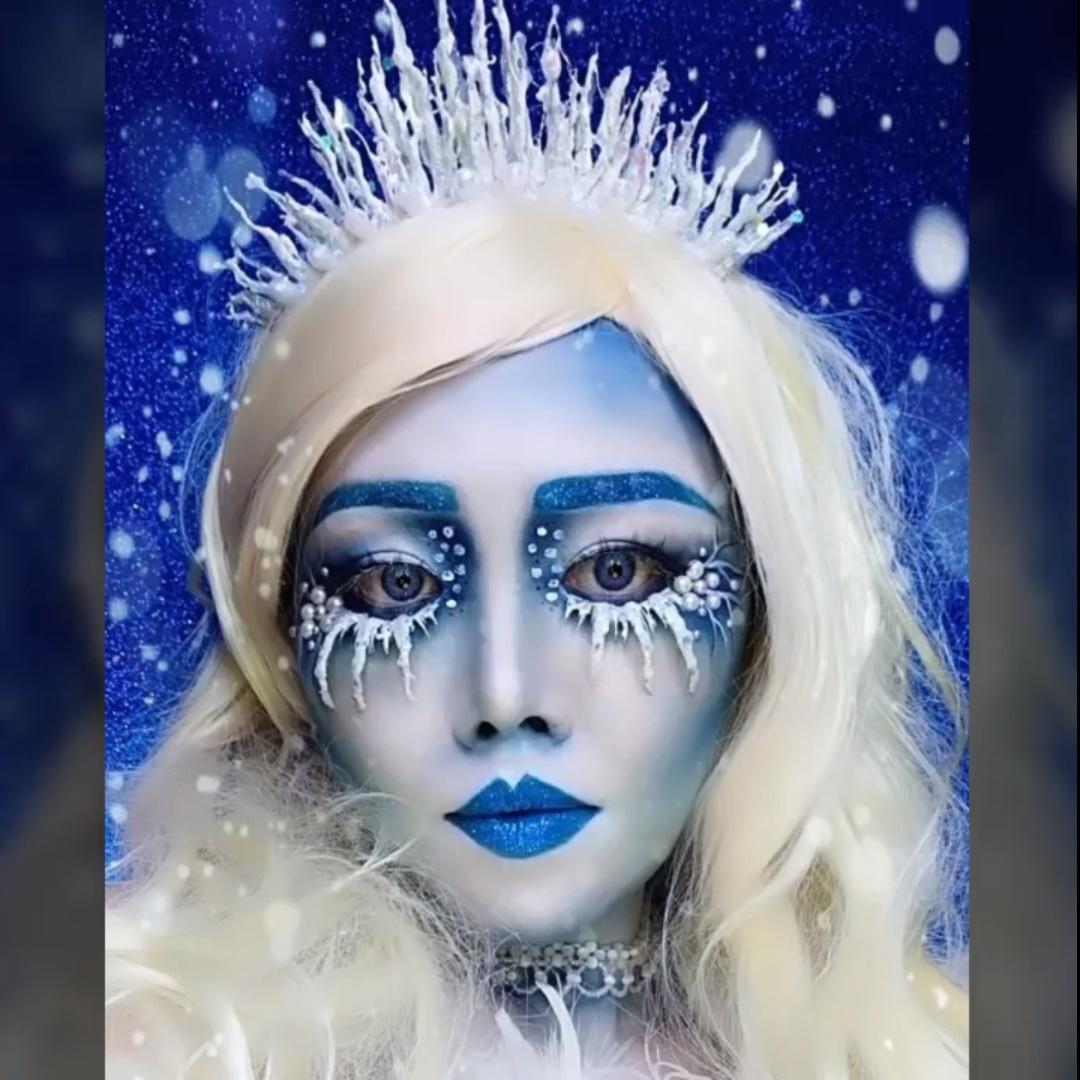 Mulher com coroa de gelo.