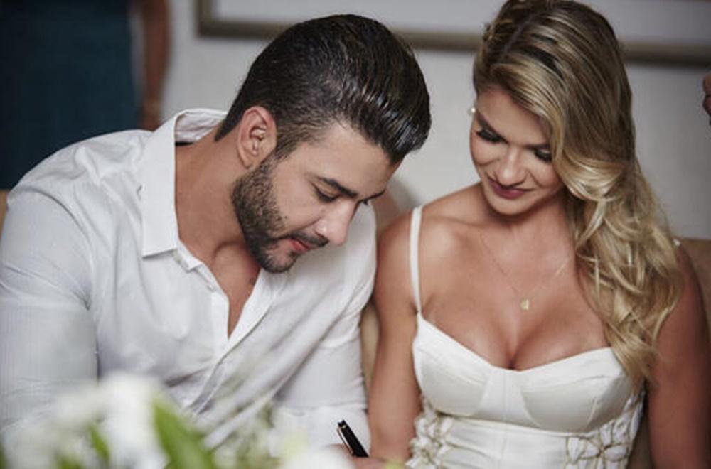 Gusttavo e Andresa assinando casamento.