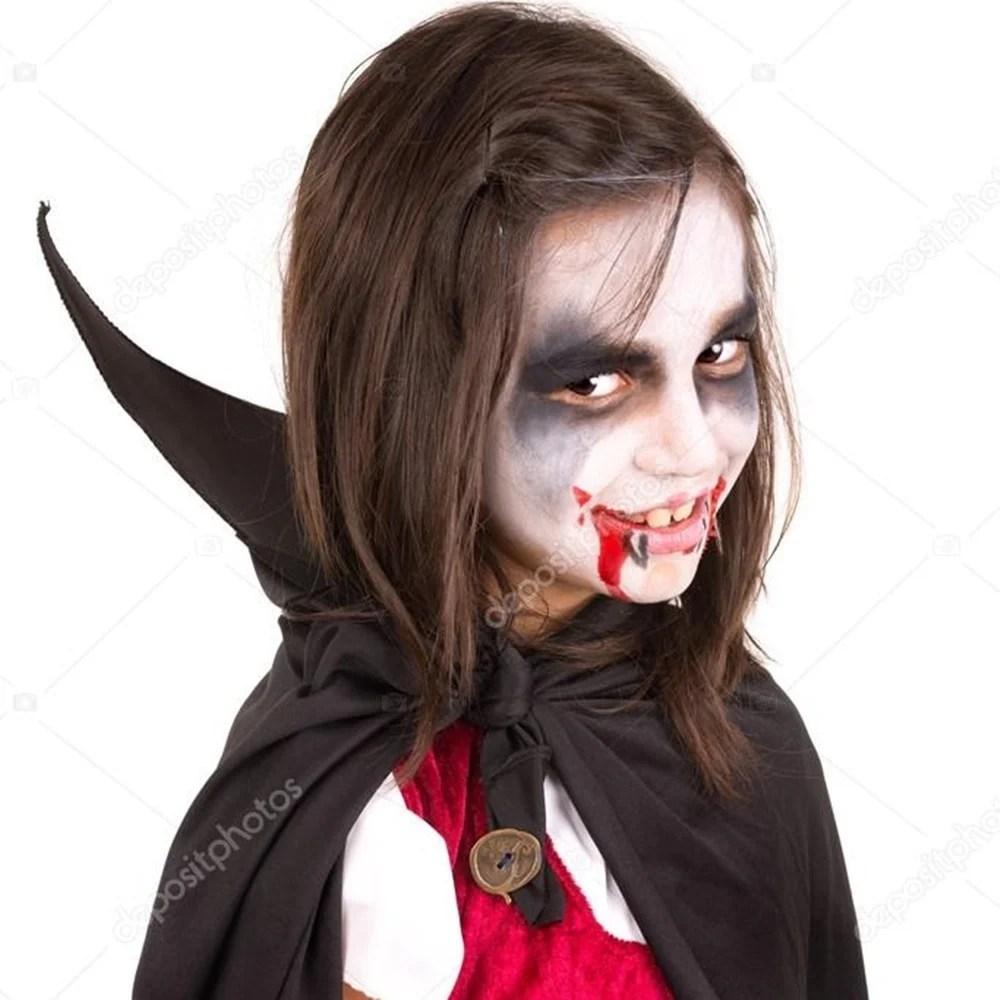 Menina com maquiagem de vampira - Halloween em casa