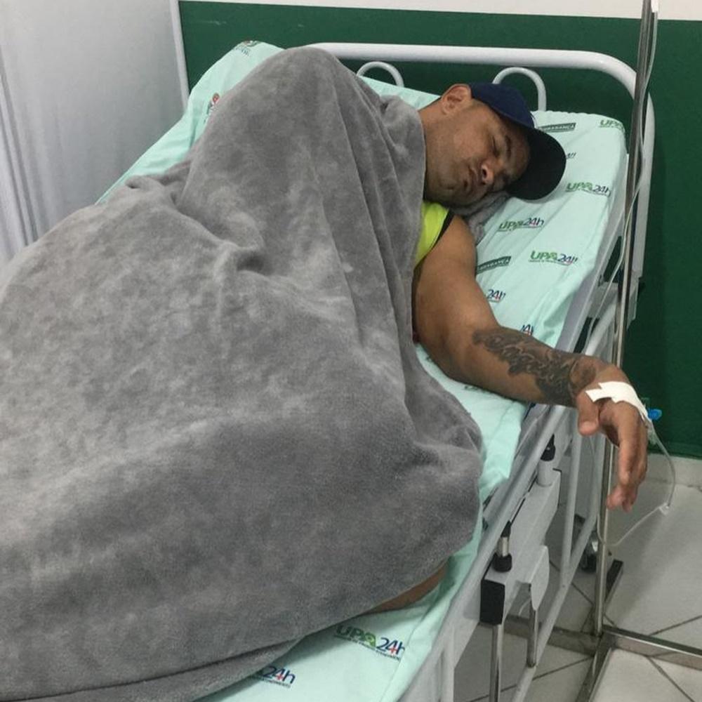 Goleiro Bruno deitado em cama de hospital