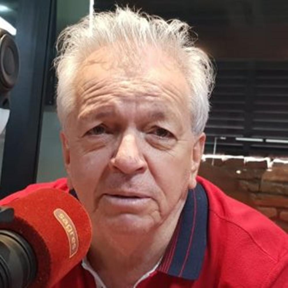 Adolfo Campos fazendo trabalho como locutor em rádio de Goiânia.