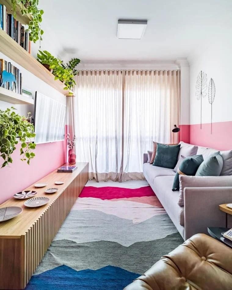 Sala rosa, branca e cinza.