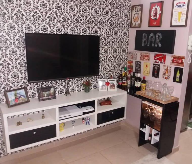 Sala com bar e papel de parede
