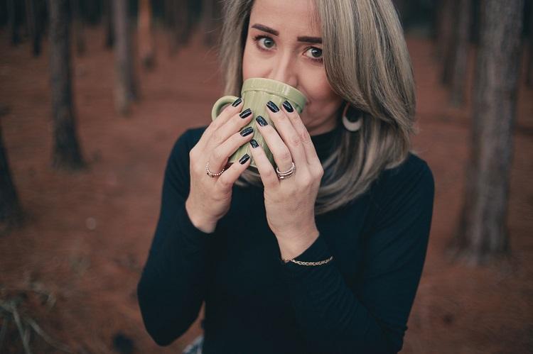 mulher de cabelos grisalhos tomando chá