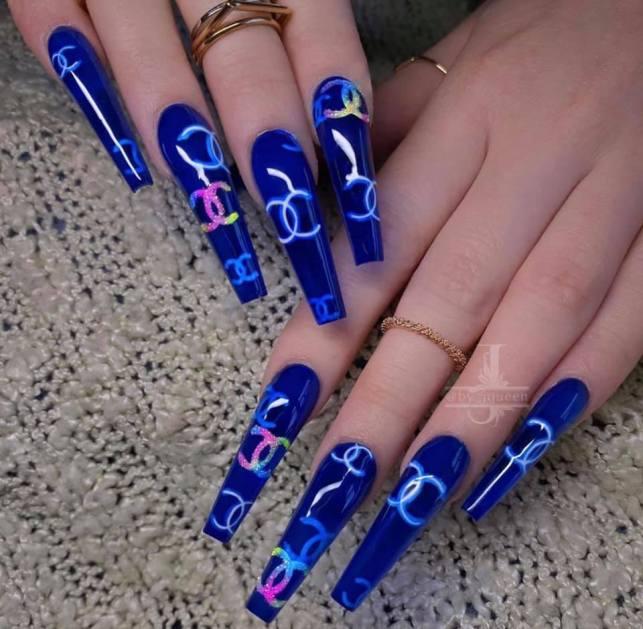 unha azul garra com estampa chanel