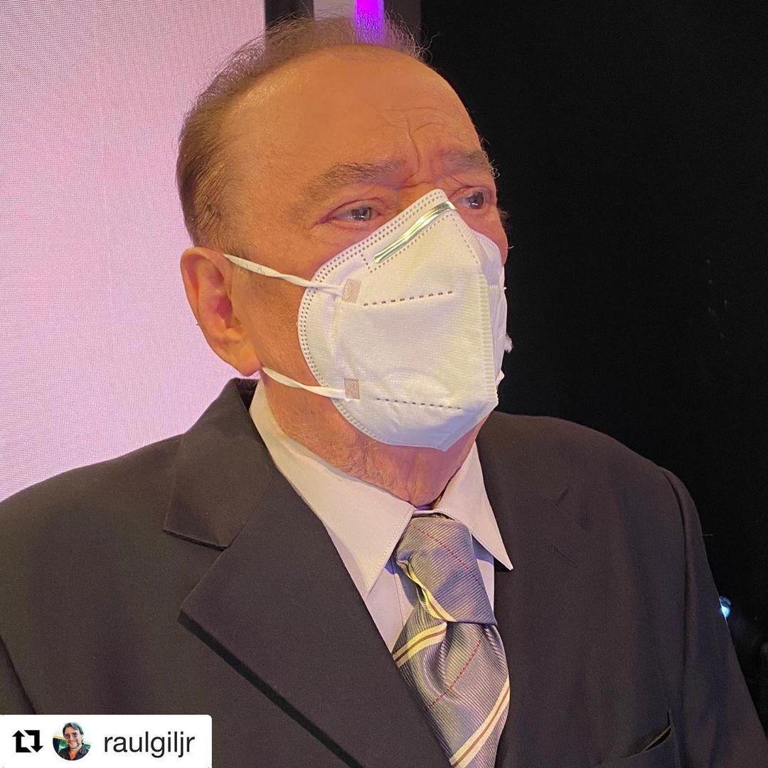Apresentador Raul Gil usando máscara.