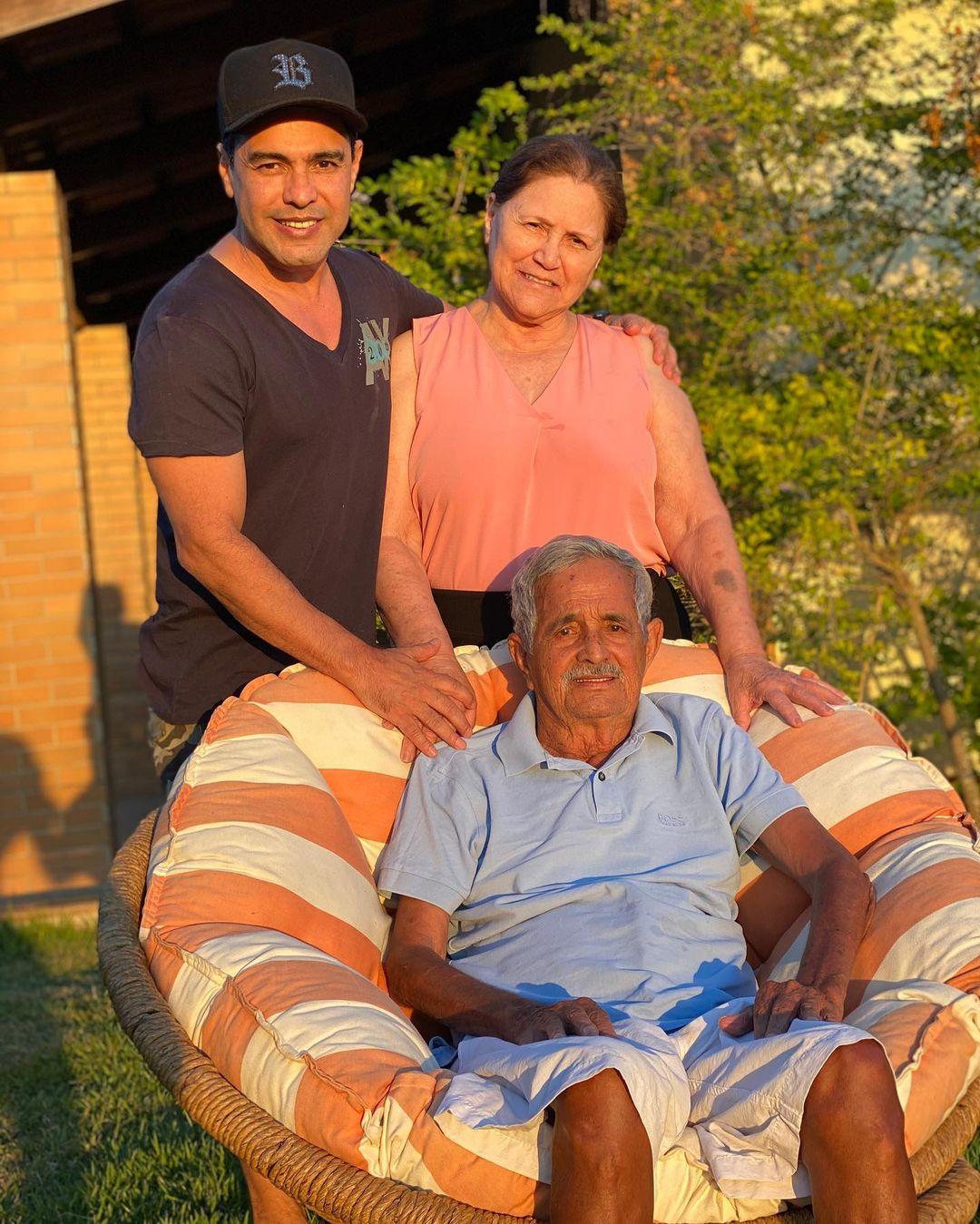Sertanejo Zezé di Camargo e seus pais.