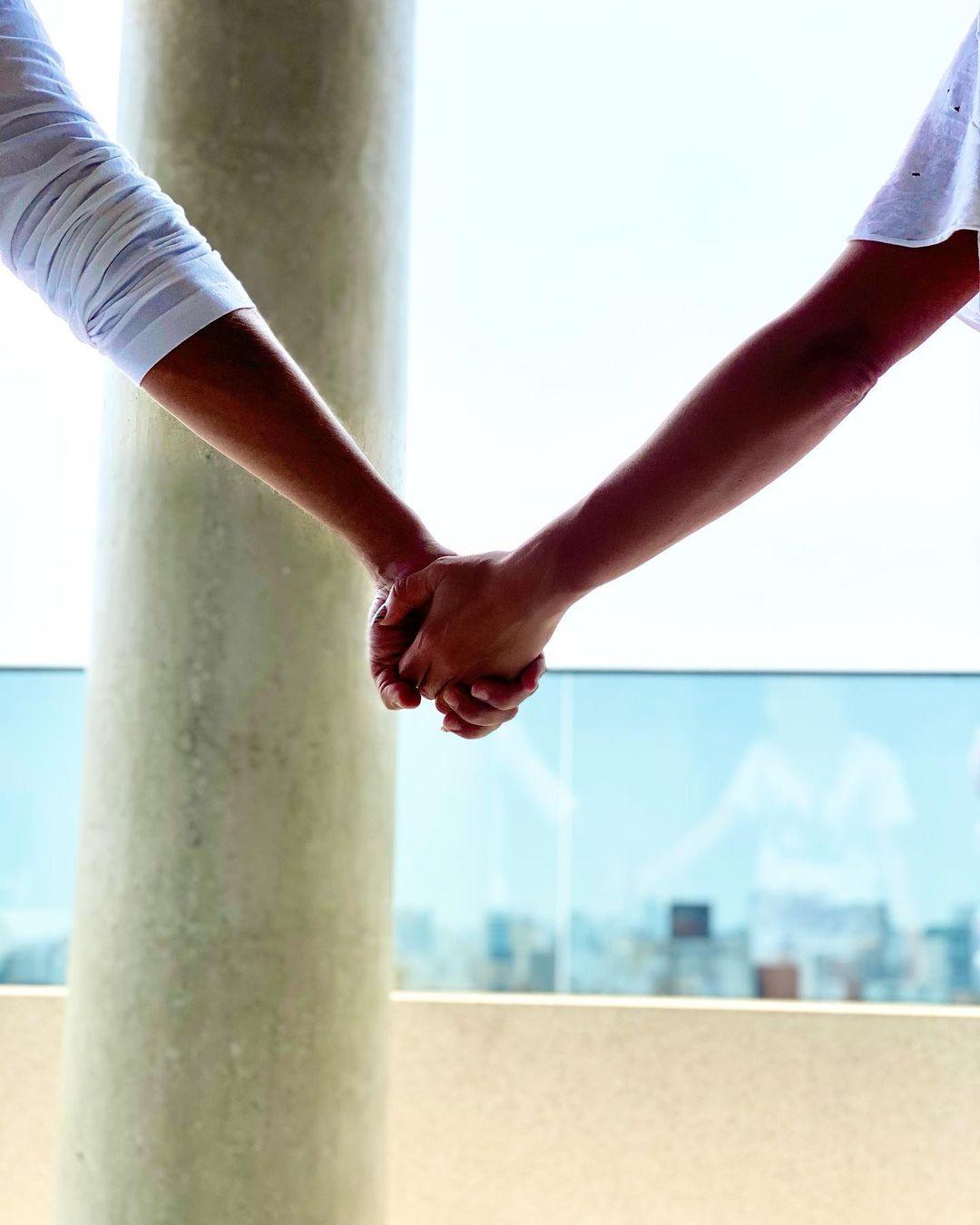 Sabrina Sato e Duda Nagle de mãos dadas em isolamento.