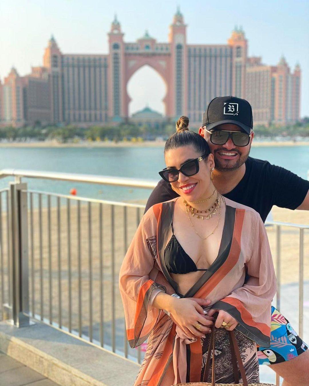 Cantora e esposo de frente para o hotel Atlantis The Palm em Dubai