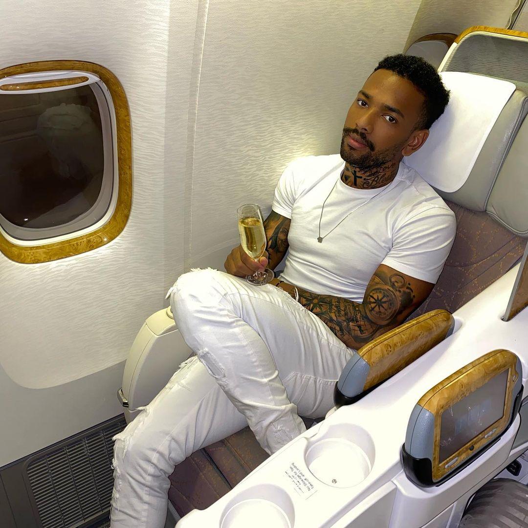 Borel a destino de Dubai, tomando champanhe.