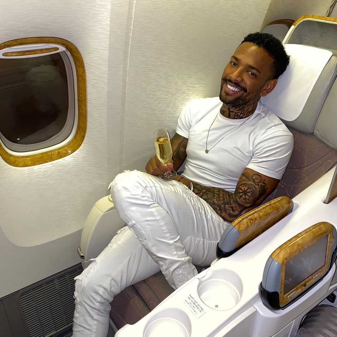 Nego do Borel tomando champanhe em avião.