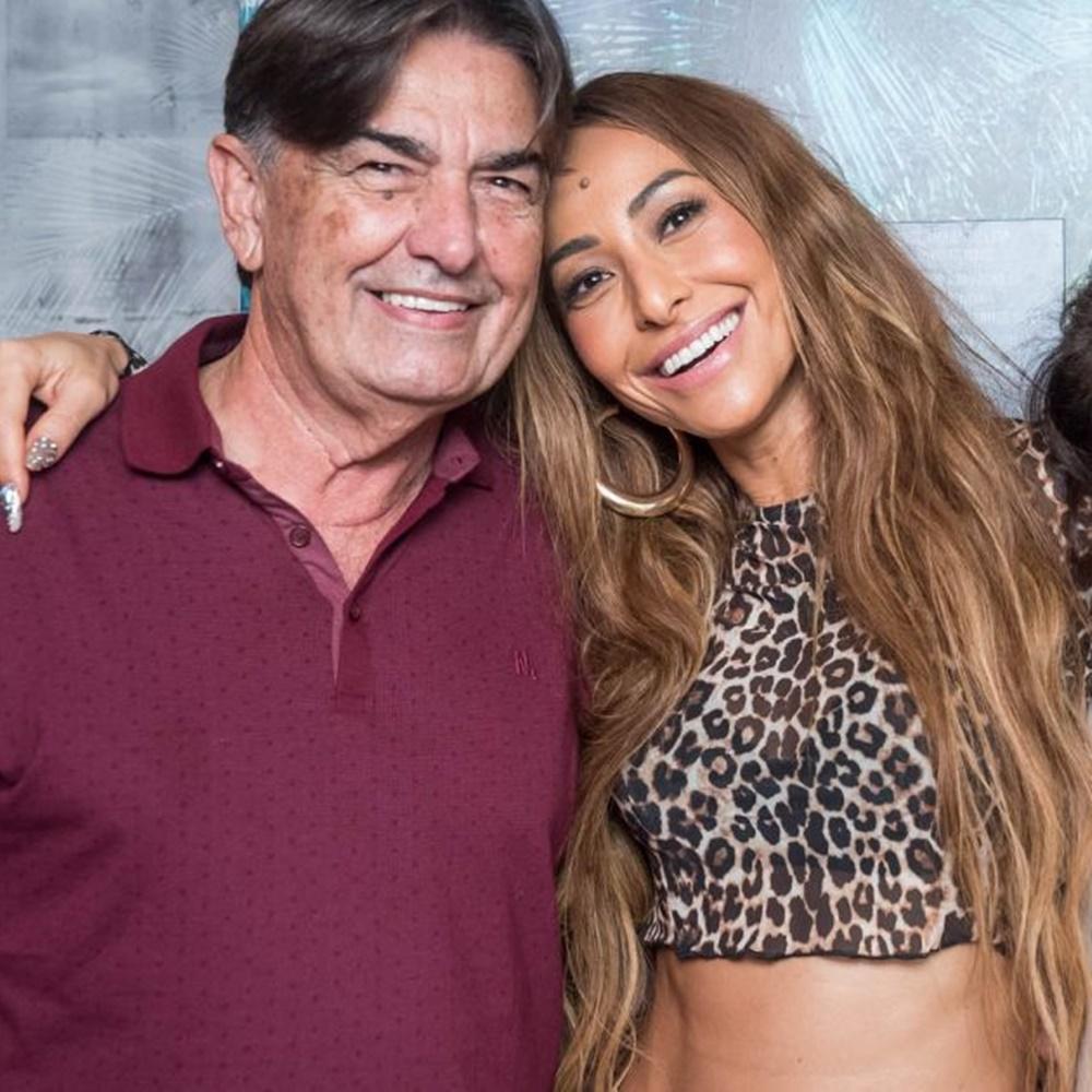 Apresentadora Sabrina Sato e seu pai Omar Rahal.
