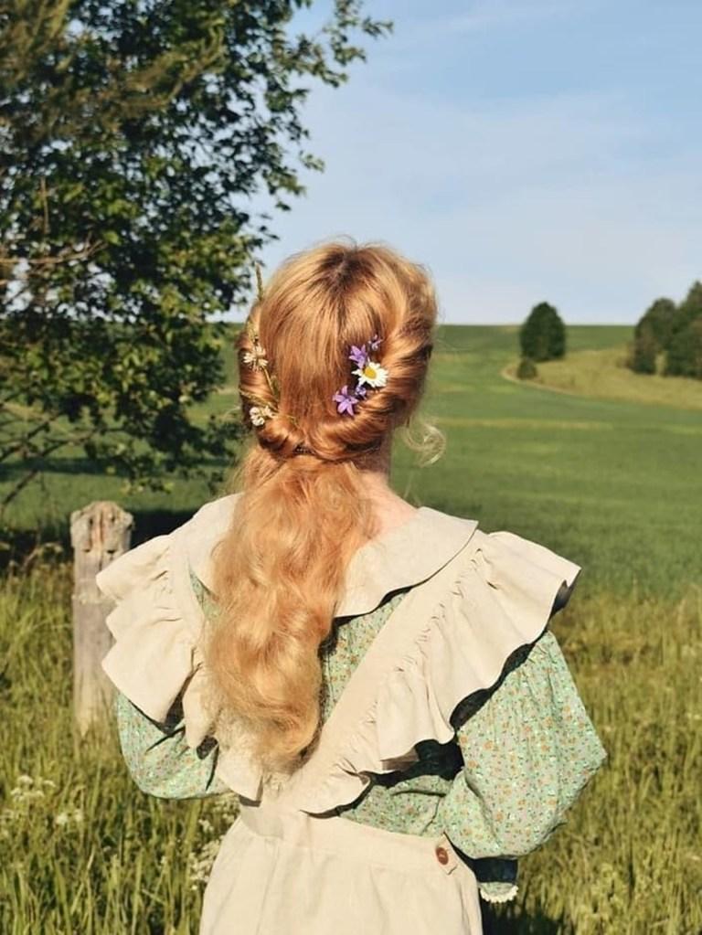 Cottagecore: Cabelo com penteado delicado e flores