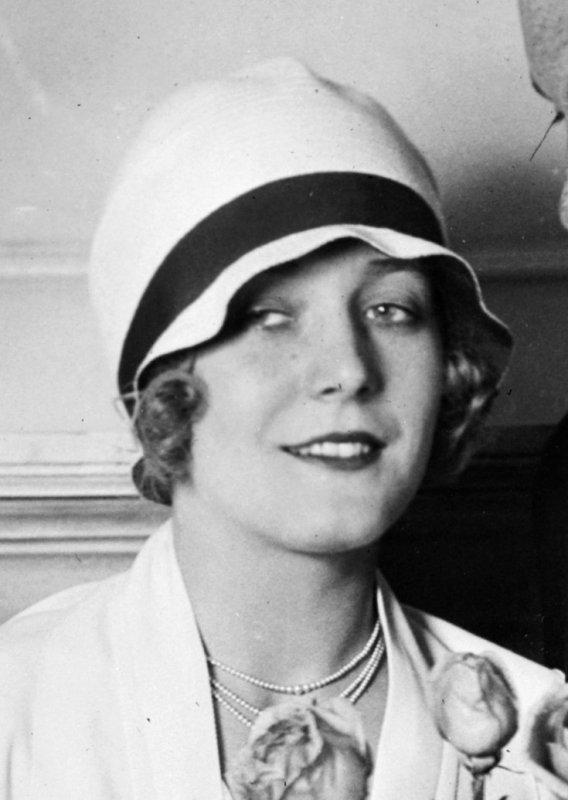 Foto da atriz Vilma Banky, em 1927, com um chapéu clochê.