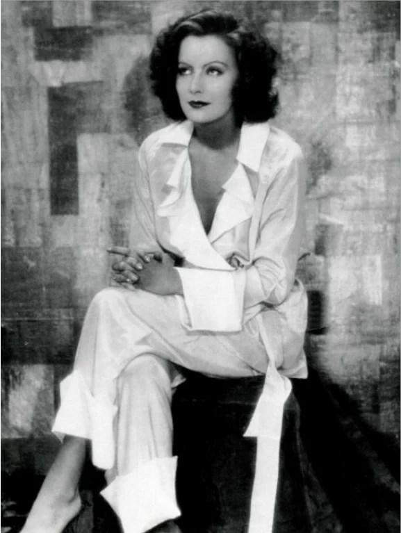 Foto da atriz Greta Garbo vestida com um macacão branco decotado, em 1927. Look da Moda e Cidadania nos anos 20 e 30.