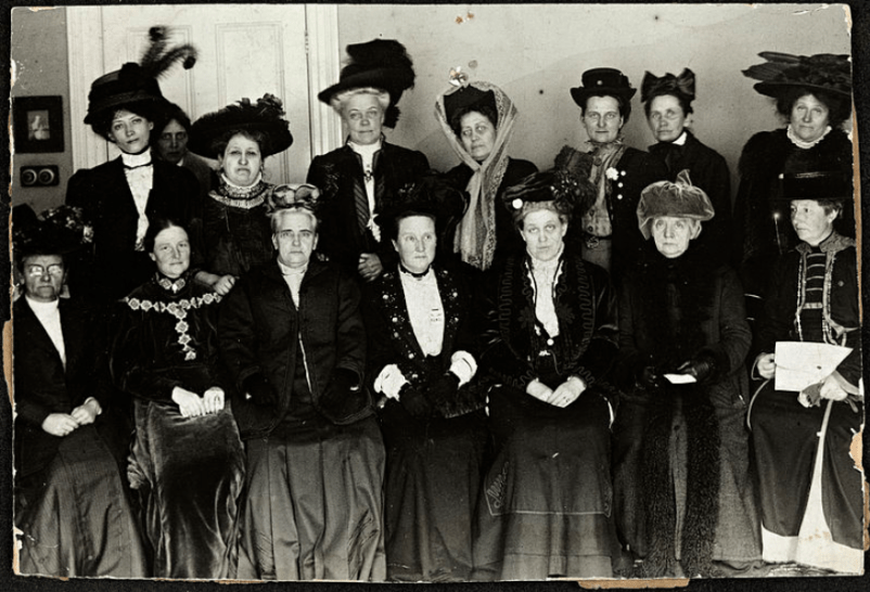 Millicent Fawcett e outras sufragistas no Suffrage Alliance Congress, London 1909