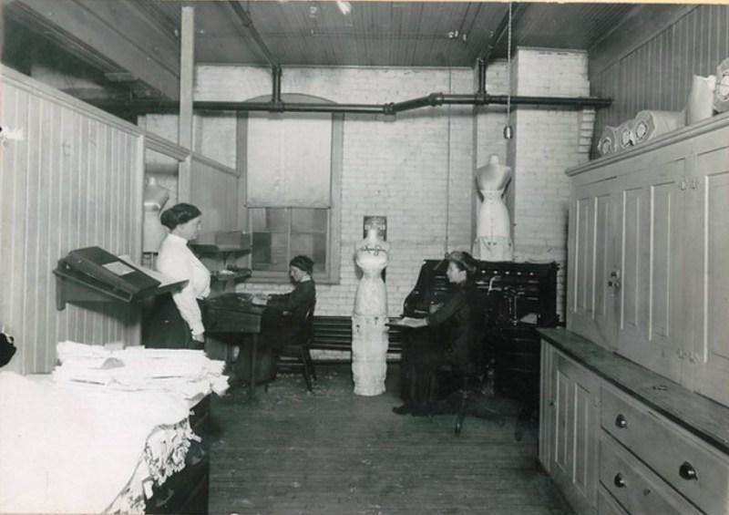 Trabalhadoras em um fábrica de espatilho chamada Kalamazoo Corset Company, 1912, sendo um exemplo da moda e cidadania feminina.