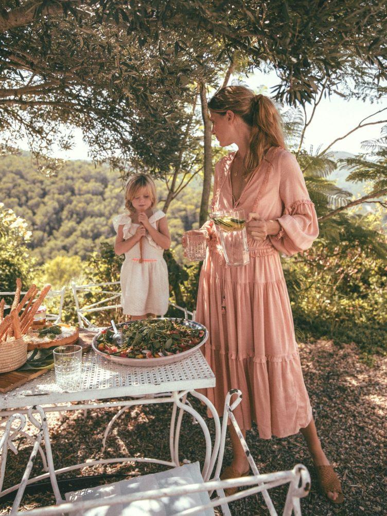 Mãe e filha vestidas de Cottagecore