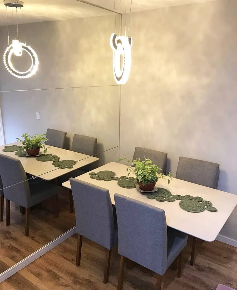 Sala de jantar com espelho