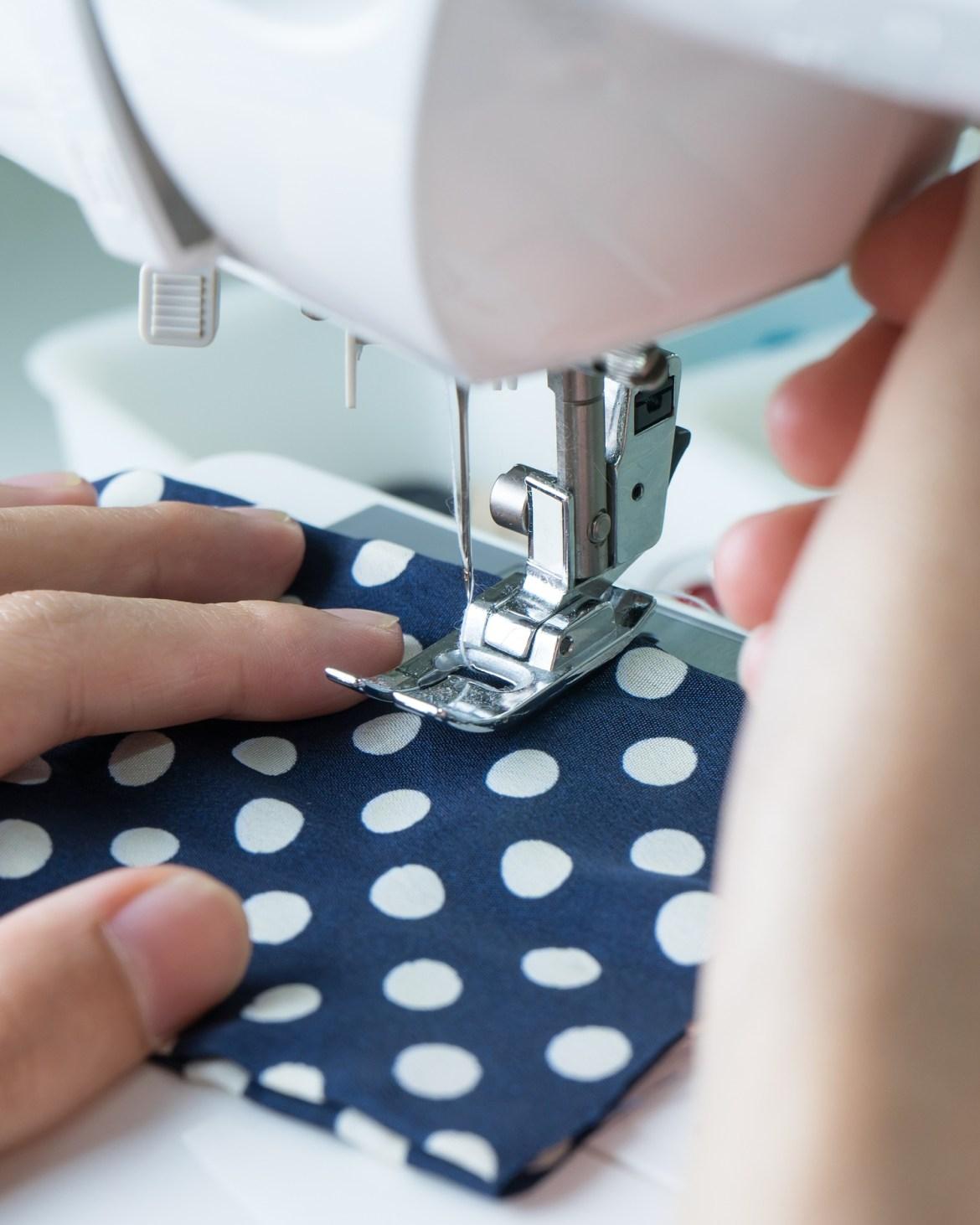 Costurando em máquina de costurar.