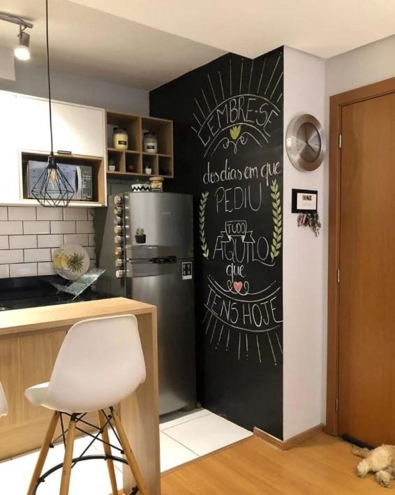 Cozinha com frase na parede