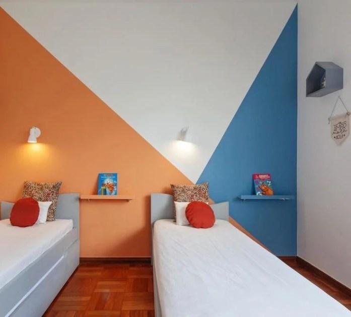 Parede geométrica laranja e azul