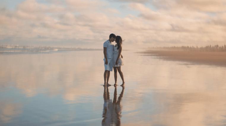foto tumblr de casal na água