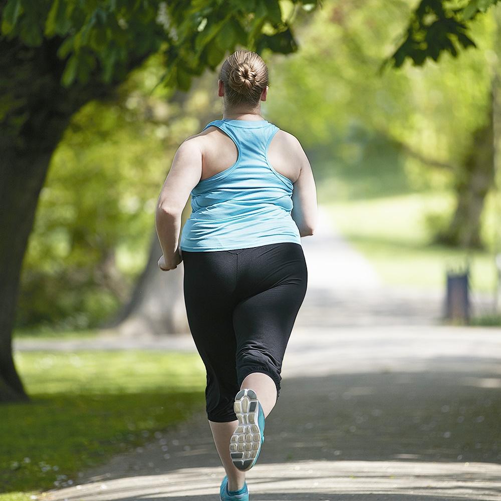 Mulher se exercitando.