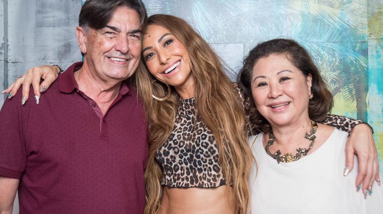 Sabrina Sato e seus pais.