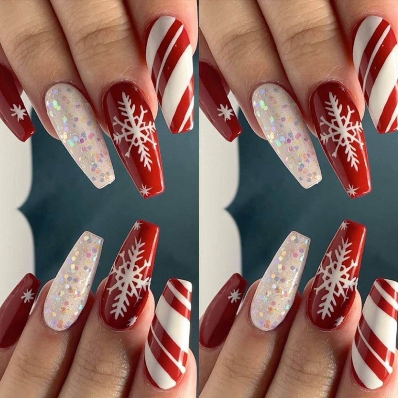 Bela unha de Natal decorada com flocos de neve e brilho colorido.