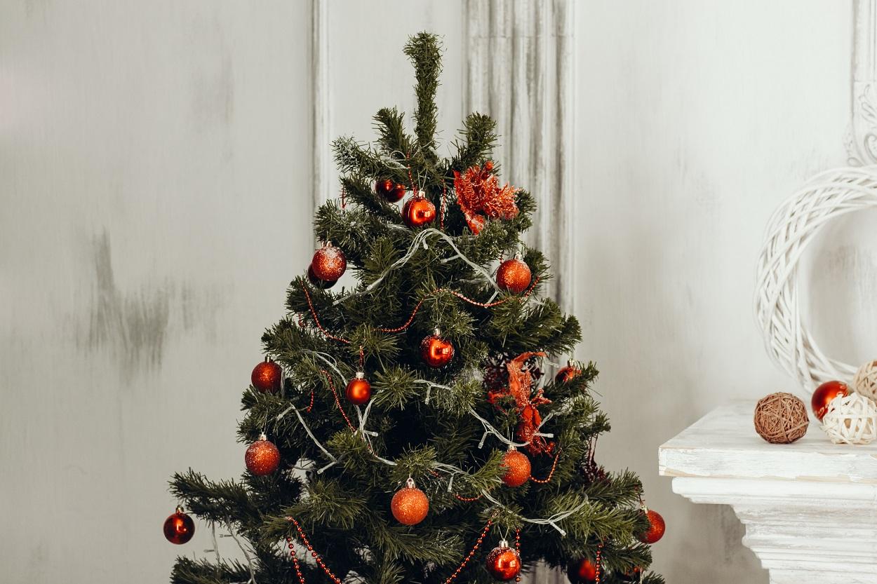 árvore de Natal decorada com bolas vermelhas