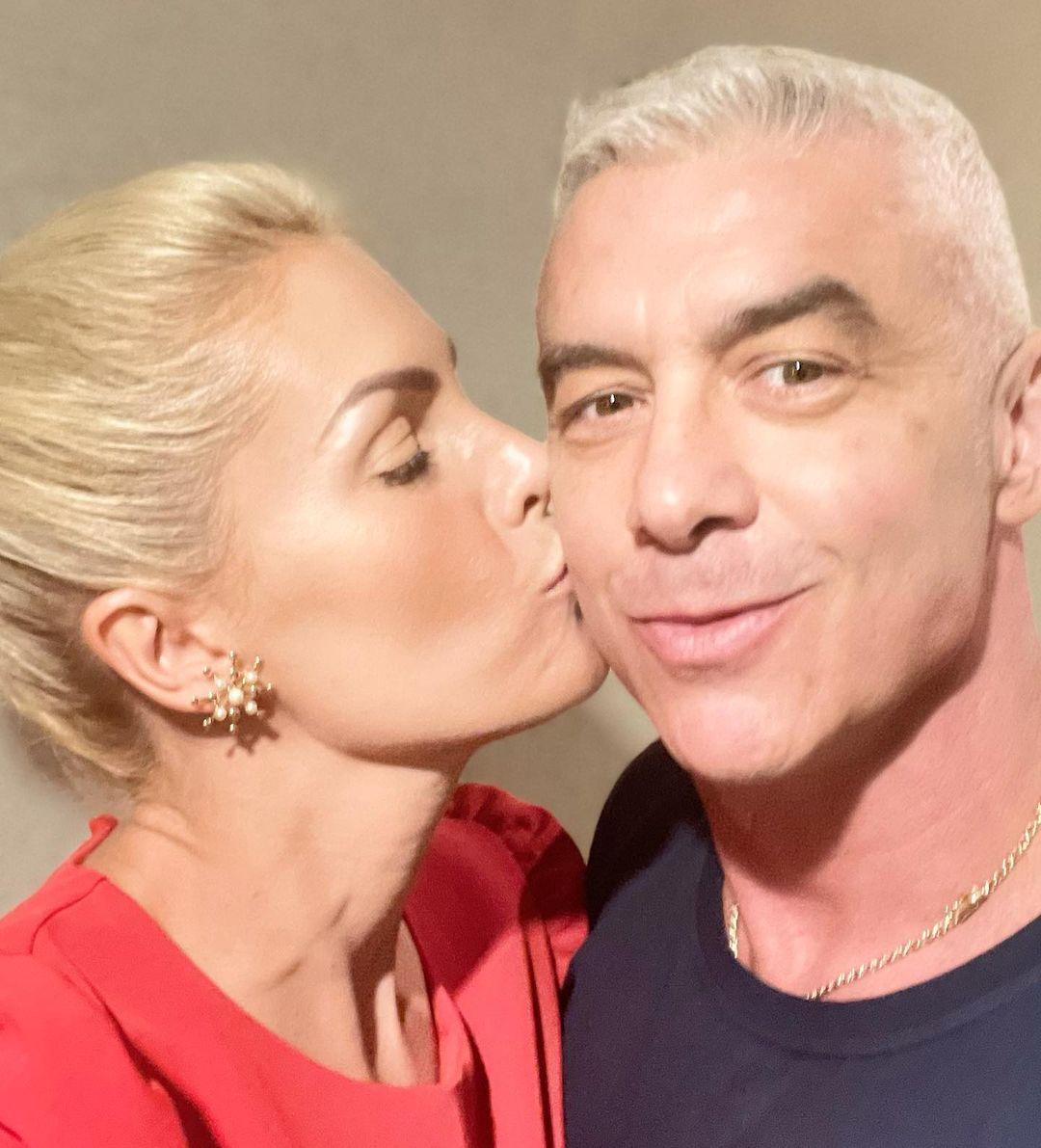 Ana Hickmann beija esposo no rosto em selfie.