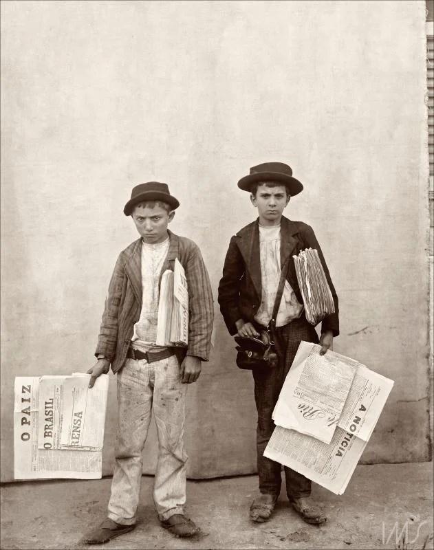 Foto de dois meninos entregadores de jornal no final do século XIX.
