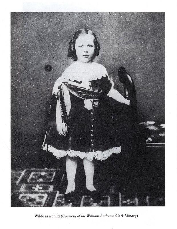 Foto de Oscar Wilde criança com um vestido, por volta de 1860.