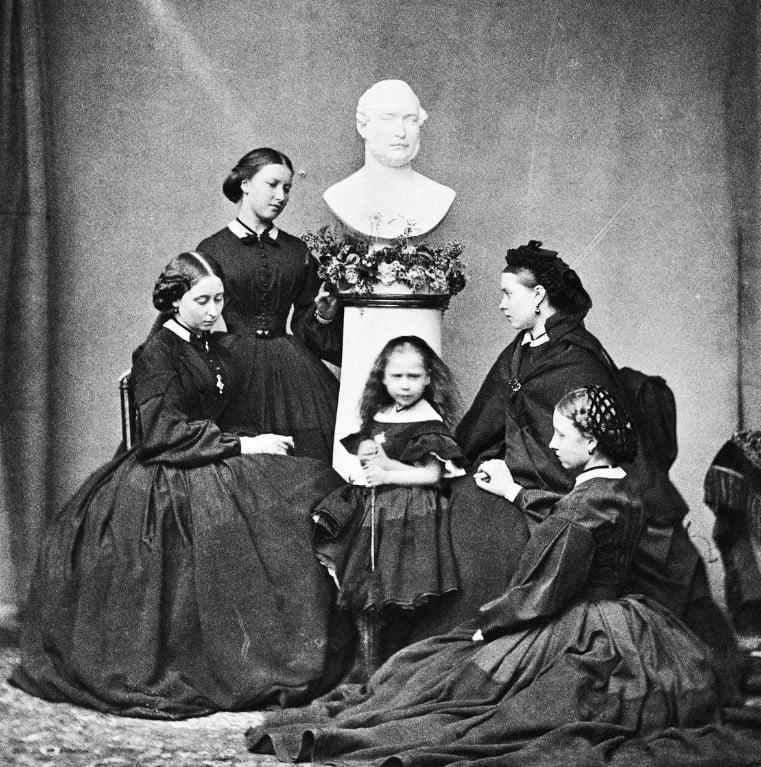 Foto das cinco filhas da Rainha Vitória, Alice, Helena, Beatrice, Victoria e Louise.